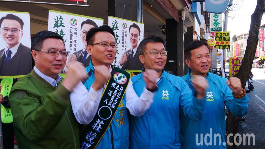 民進黨主席卓榮泰(左)和立法院副院長蔡其昌(右二)上午到台中市替北區、北屯區立委參選人莊競程(左二)輔選。記者黃寅/攝影
