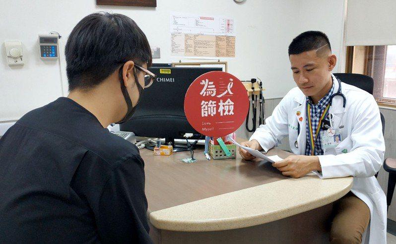 奇美醫學中心感染科與知名網紅Youtuber「志祺七七」合作推出篩檢宣傳影片,呼籲民眾留意愛滋病。圖/感染科提供