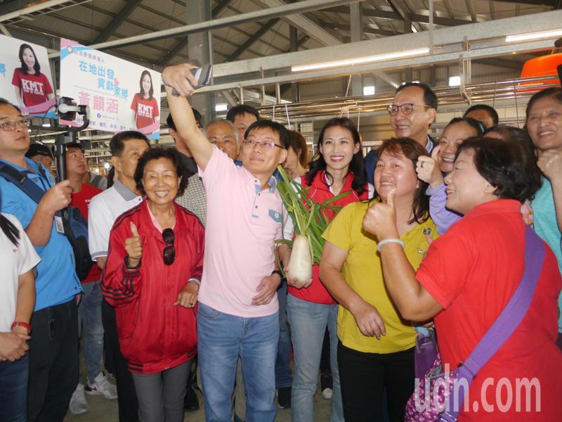 國民黨前主席朱立倫今早到岡山輔選,受到菜市場婆婆媽媽熱烈歡迎。記者徐白櫻/攝影