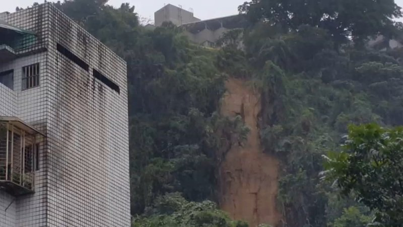 基隆崇法街土石崩塌,臨近大型社區400住戶驚。記者游明煌/翻攝