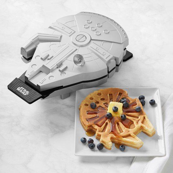 千年鷹號鬆餅機讓人從早餐就充滿星戰風。圖/摘自Williams Sonoma