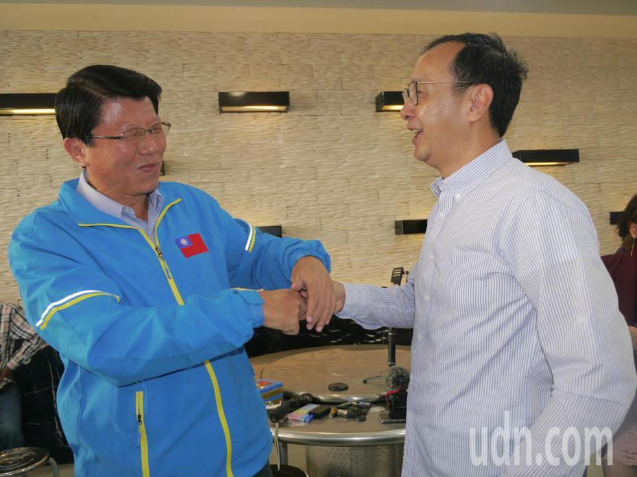 台南市議員謝龍介(左)意外現身岡山羊肉爐店,國民黨前主席朱立倫戲稱說「主席來了」。記者徐白櫻/攝影