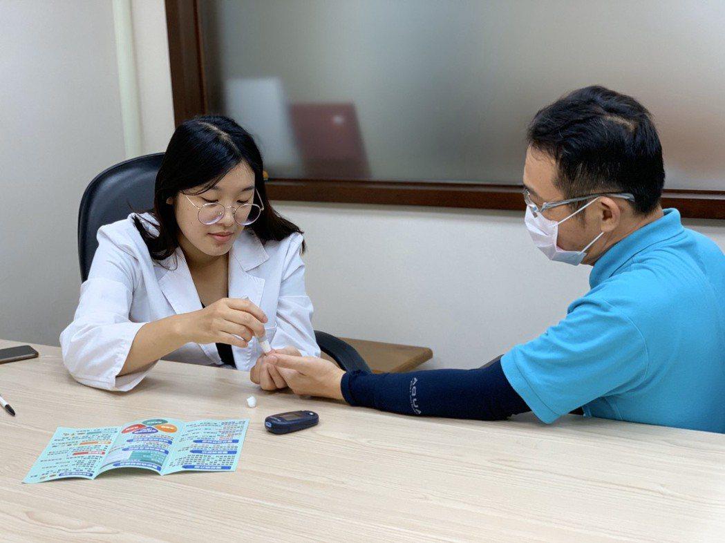「活力得中山脊椎外科醫院」個案管理師林俋伶(左)指出,糖尿病患接受專業醫療團隊支...