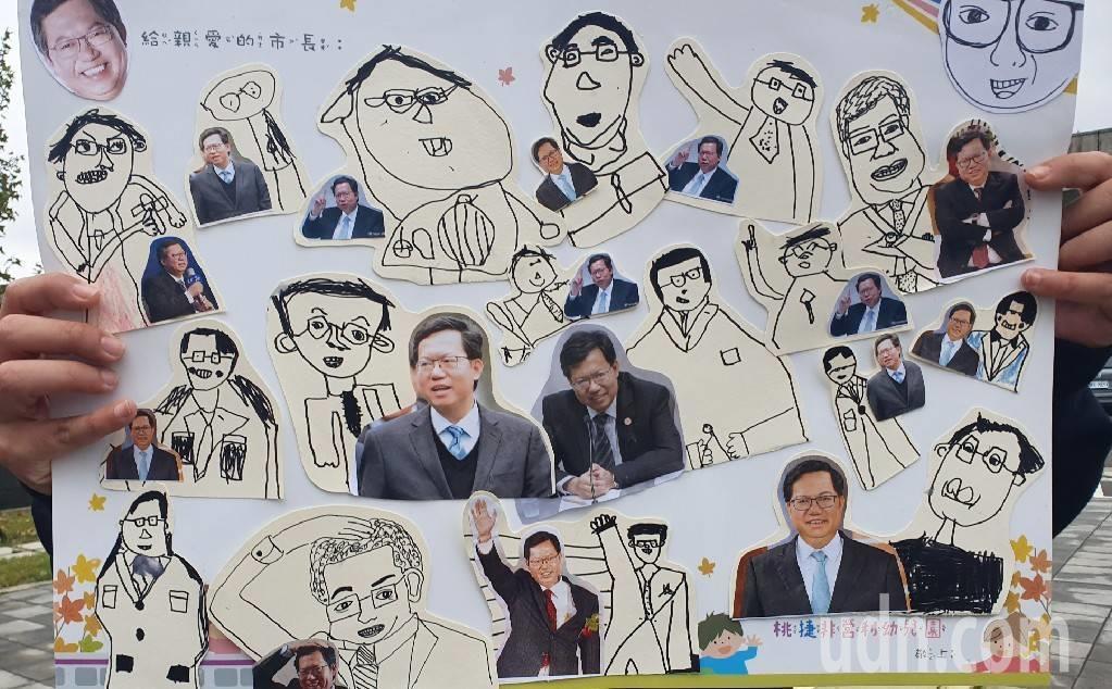 幼兒園的孩子回贈一張貼滿親筆繪製市長人像的大海報送給鄭文燦,鄭文燦非常地開心收下...