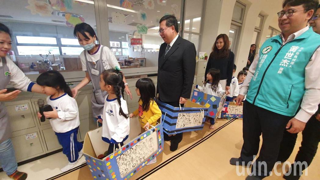 市長鄭文燦今日出席揭牌典禮前,也到教室內與小朋友們玩起「捷運遊戲」,場面相當溫馨...