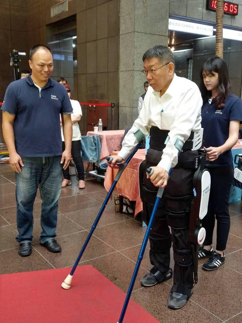 台北市長柯文哲上午出席「2019國際身心障礙者日慶祝大會」穿著輔具、拿著拐杖,親自體驗身心障礙者的不方便。記者林雍琁/攝影