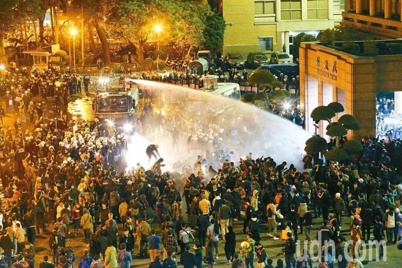 太陽花運動攻占行政院後,警方驅離行動遭參與抗議者提告,台北地院認定台北市警局執法有違比例原則,判賠逾百萬元。圖/本報資料照