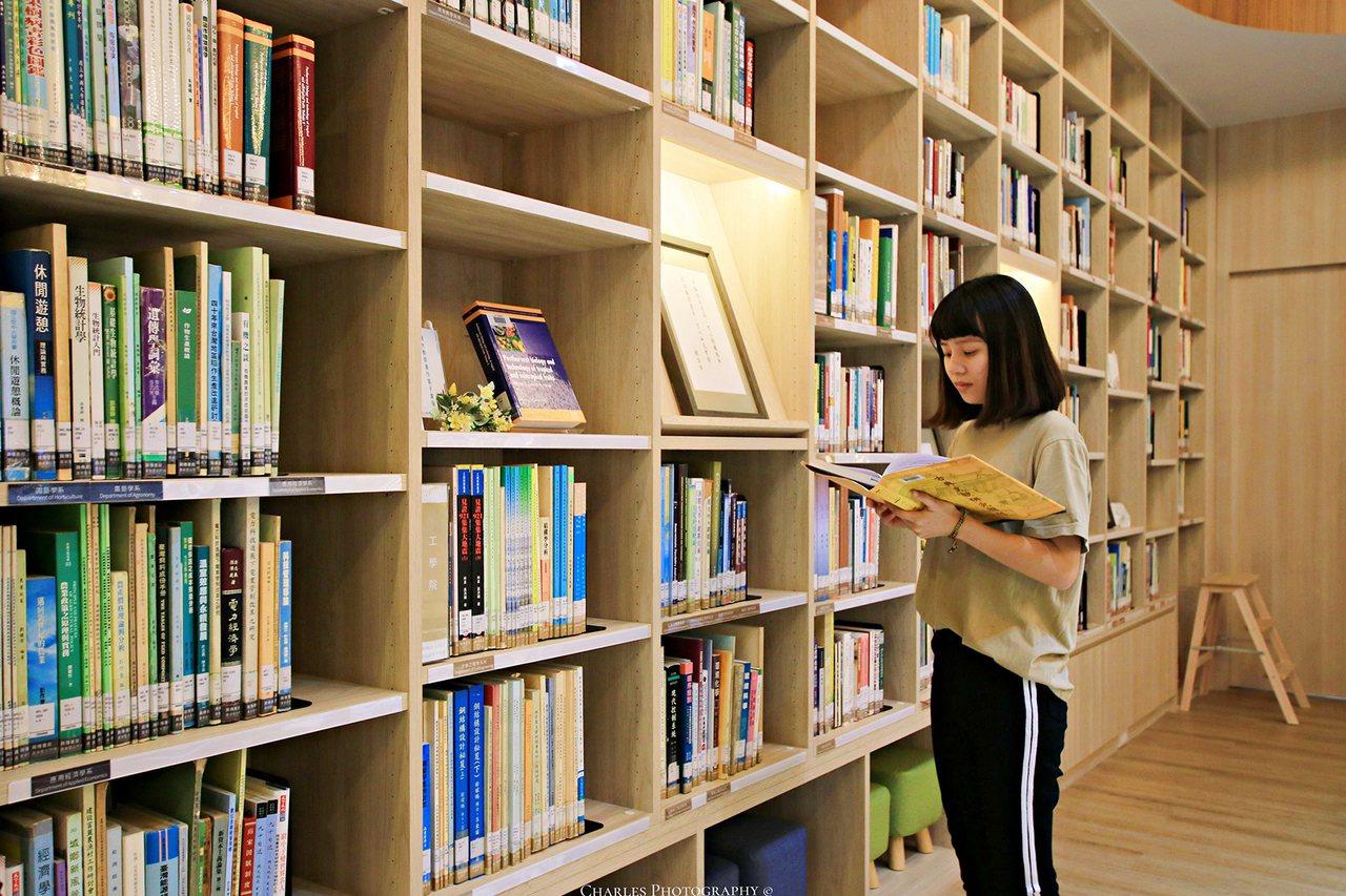 「興傳書房」位於圖書館一樓,近18坪專屬空間,二大面書牆擺滿上千本教師藏書,北歐...