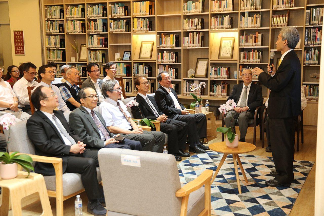 中興大學圖書館規劃「興傳書房」徵集校內教師著作,典藏全校教師超過1500冊的著作...