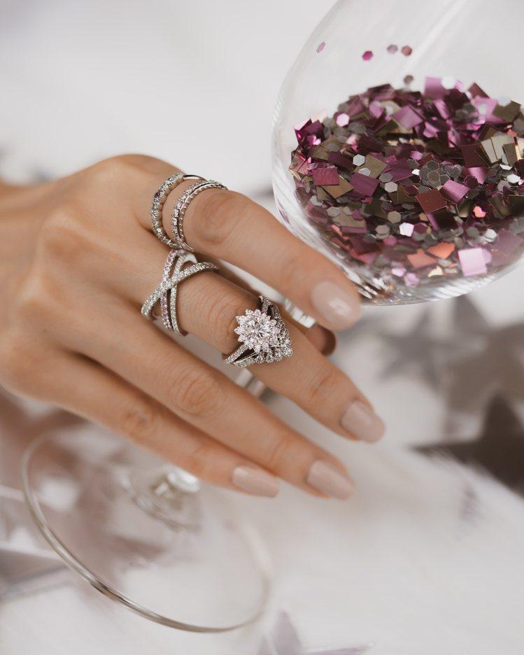 戒指搭配的方式多元多變,更能在日常中煥發璀璨的女性魅力。圖╱HEARTS ON ...