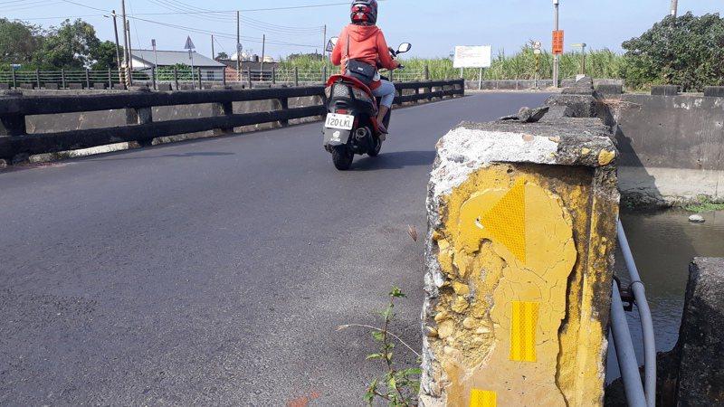 鹽水溪三號橋老舊,每天大量車流常有車輛擦撞橋墩甚至掉落橋下安全堪虞。記者周宗禎/攝影