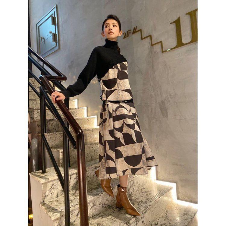李千娜身穿MARYLING上衣13,180元、裙子12,880元。圖/取自臉書