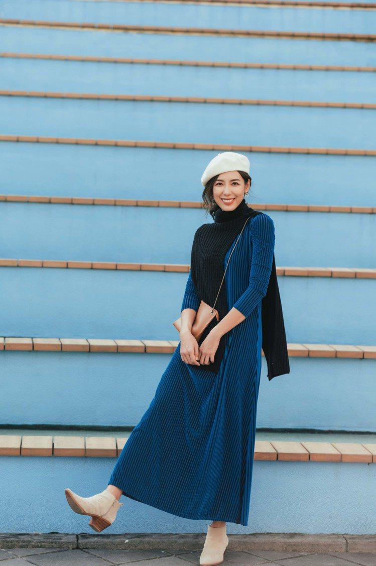 林可彤穿MAX&Co.天鵝絨燒花洋裝16,800元、黑色連頸式圍巾4,800元。...