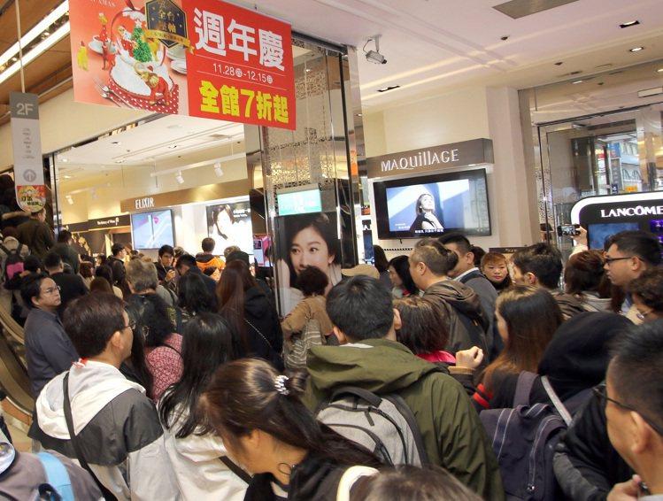 新光三越台北站前店周年慶首日遇低溫報到,館內人潮熱絡。圖/新光三越提供