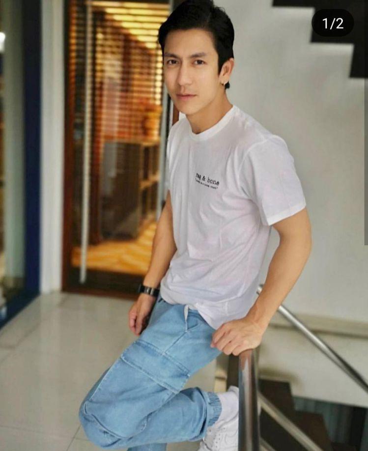 泰國演員傑西達邦.福爾迪在IG秀出耶誕限定款DIY T恤。圖/取自IG