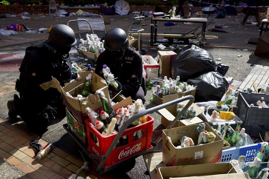 港警拆彈小組成員正在檢查示威者留在理大校區的汽油彈。香港警務處助理處長周一鳴表示,考慮到理大校區面積廣大,現在不確定清查完畢需要多少時間。美聯社
