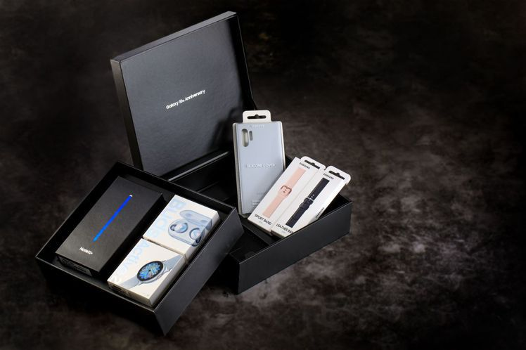 三星Galaxy系列10週年限量禮盒閃耀奇機組,窩心回饋價44,888元。圖/台...