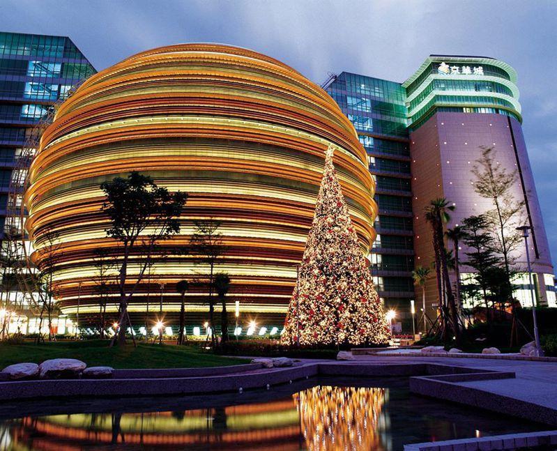 京華城18年前獨步全球的球體購物空間,將在11月30日結束營業後,改為闢建頂級商辦,屆時特色球體主建物將會被打掉,走入大家的回憶裡。 圖/京華城提供