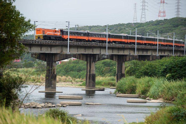 台鐵全新觀光列車塗裝曝光。。圖/取自臉書台灣鐵道路透社