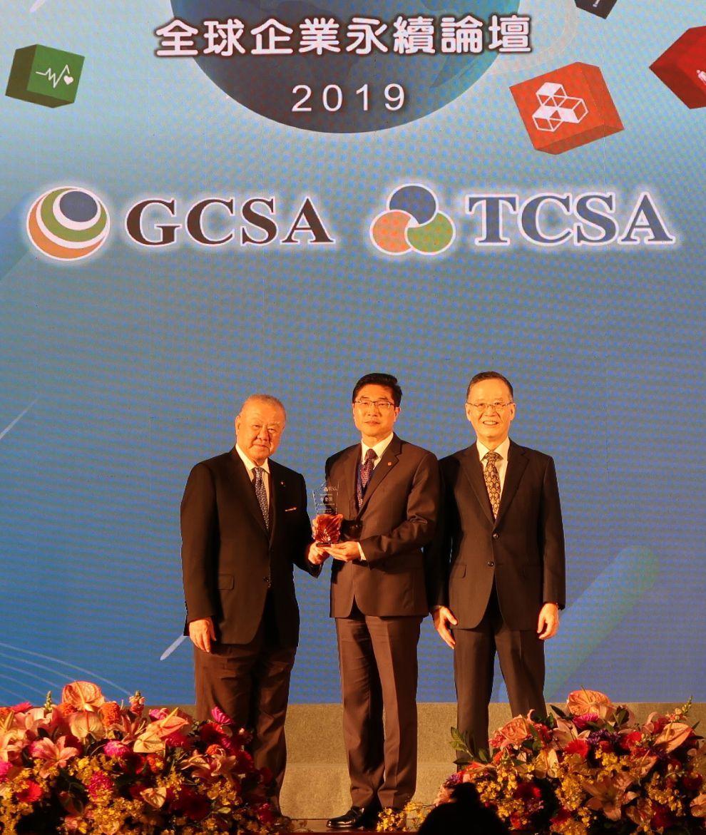 長榮航空榮獲台灣企業永續學院主辦之「2019年TCSA台灣企業永續獎」白金獎肯定...