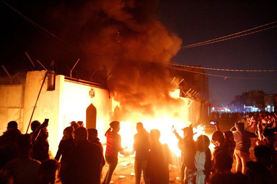 伊拉克南部城市納加夫(Najaf)的伊朗領事館27日遭反政府示威群眾闖入放火。路透