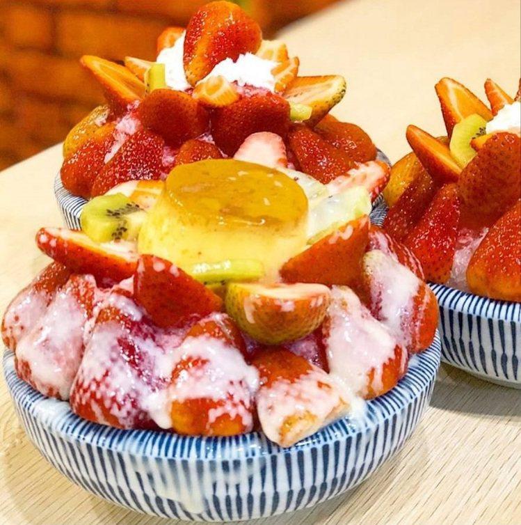 「南泉冰菓室」草莓牛奶冰加布丁相當誘人。酸甜新鮮,冬日必嘗。圖/FB/Blog:...