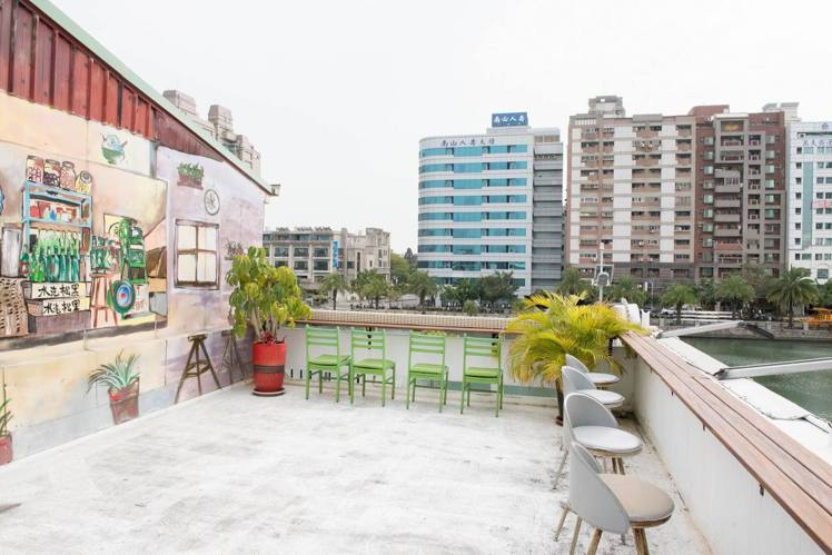 「南泉冰菓室」三樓陽台可以邊吃冰邊賞景。圖/南泉冰菓室 提供