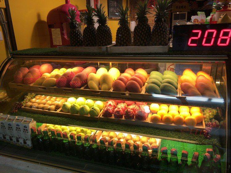 「南泉冰菓室」店內排滿季節鮮果。圖/南泉冰菓室 提供