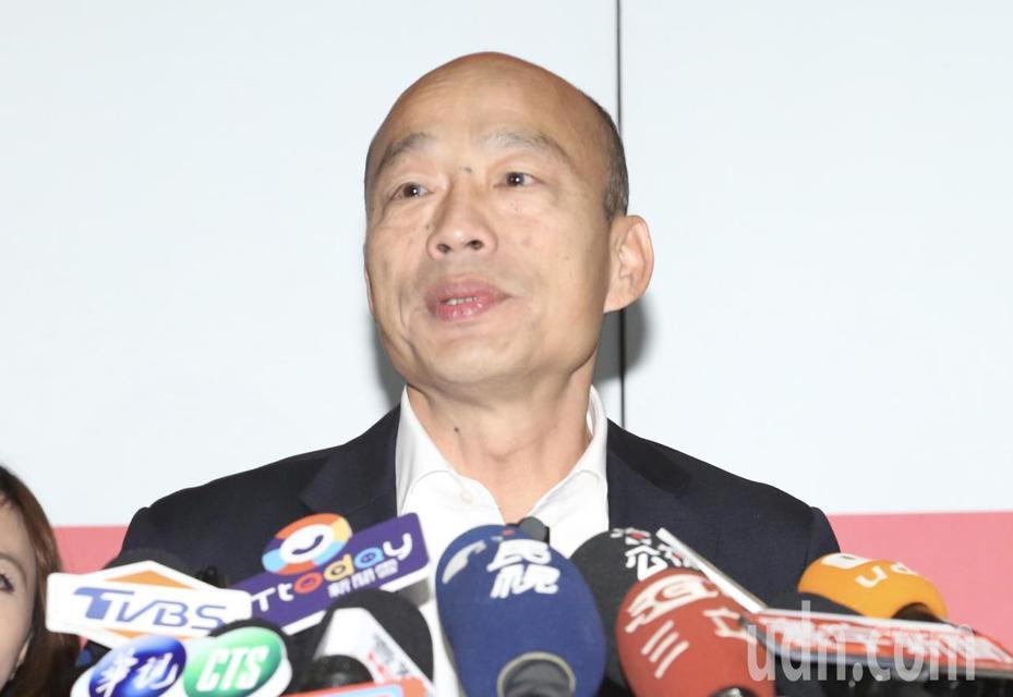 國民黨總統參選人韓國瑜今天面對媒體記者聯訪,針對有關民調問題時,他在鏡頭前對支持者呼籲,往後接到任何民調電話一概拒絕。記者許正宏/攝影