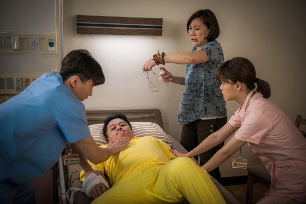 郎祖筠飾演迷信但富有正義感的病患家屬。圖/客台提供