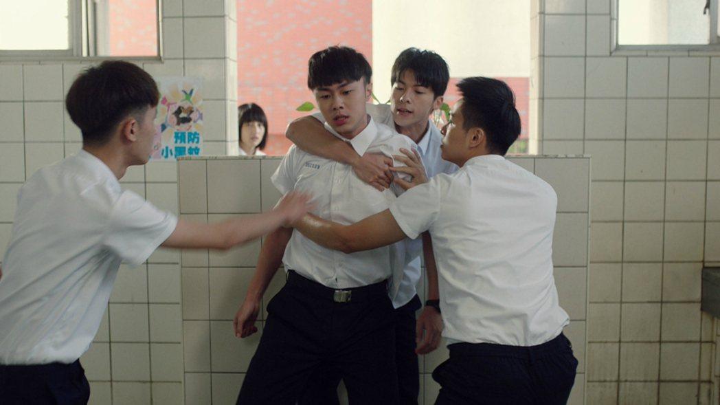 許光漢(左)、施柏宇演出「想見你」,校園戲中為同學打抱不平。圖/衛視中文台提供
