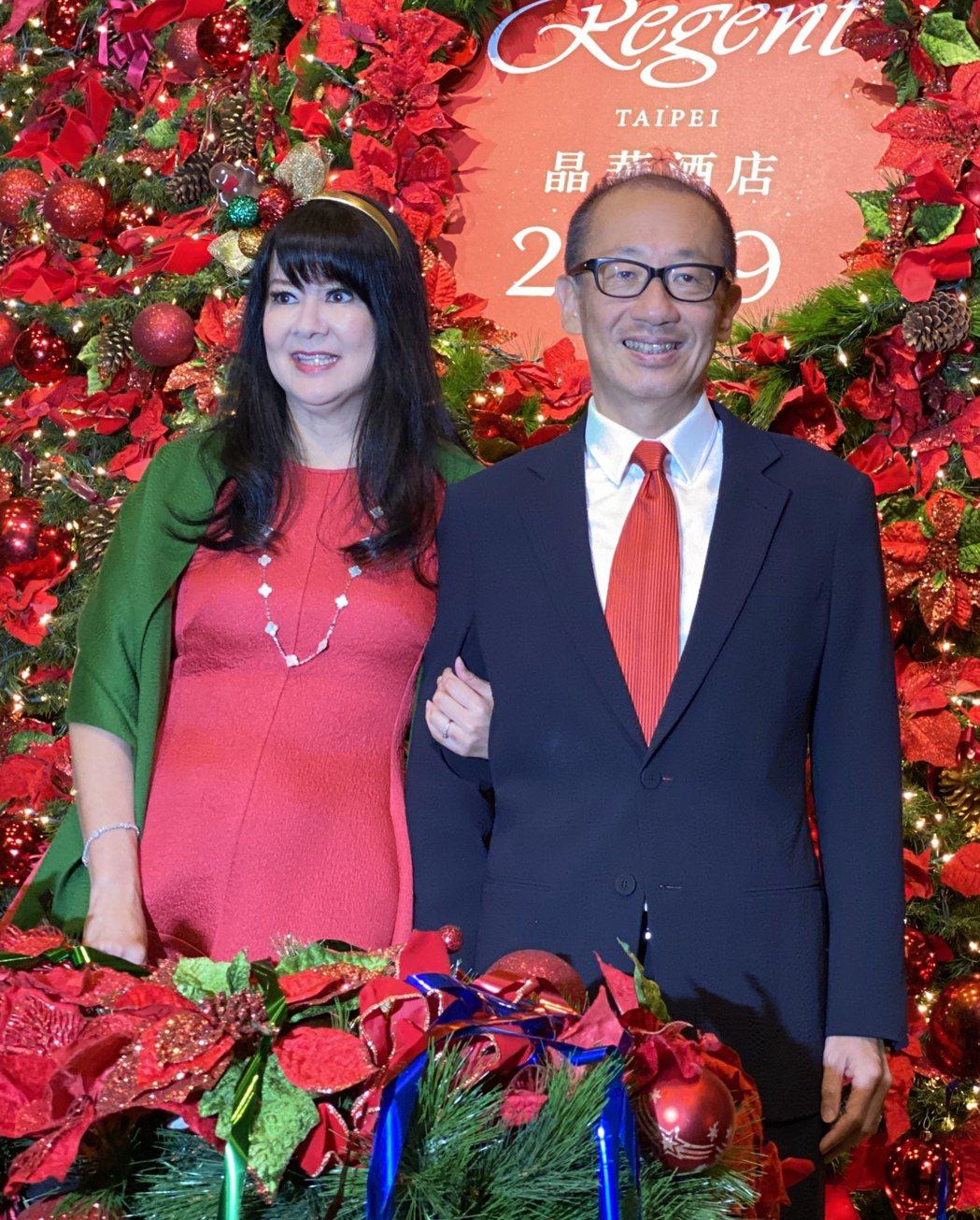 晶華酒店董事長潘思亮(右)伉儷(夫人蔣一惠)共同出席聖誕點燈儀式。記者黃文奇/攝...