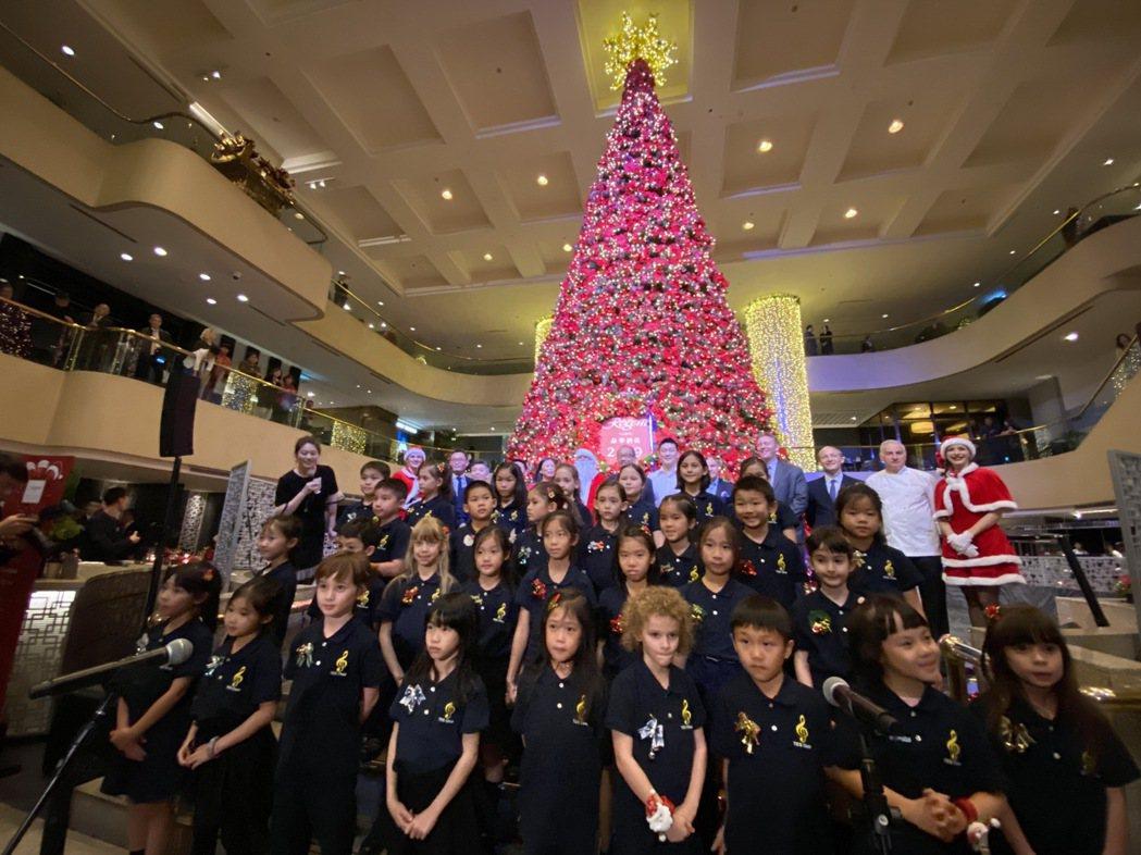 晶華酒店28日舉行聖誕點燈儀式,由歐洲學校小朋友獻唱聖誕歌曲。記者黃文奇/攝影