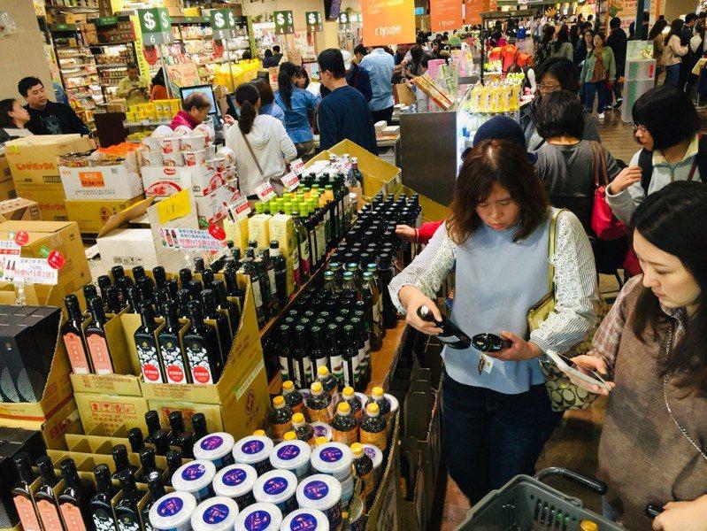遠東巨城購物中心Big City與新竹SOGO週年慶今天個別開跑,吸引大批民眾上門採買。圖/遠東巨城購物中心Big City提供