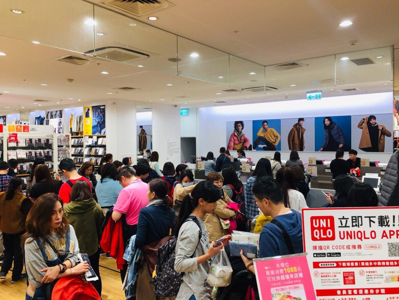 遠東巨城購物中心Big City與新竹SOGO週年慶今天個別開跑,吸引大批民眾上...