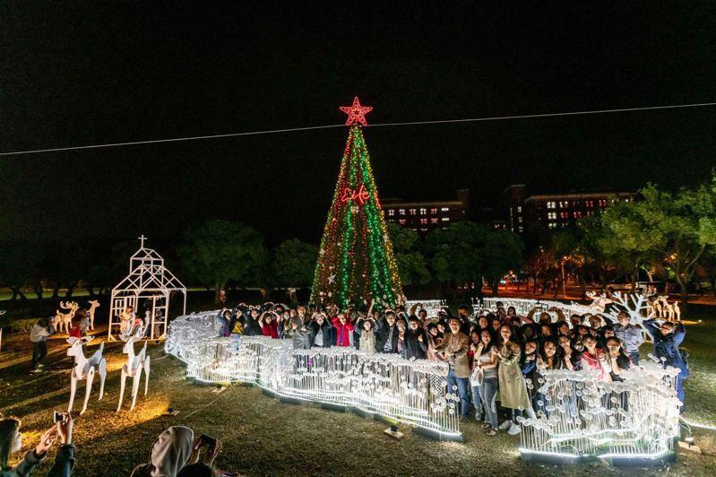 基督長老教會長榮大學今晚在行政大樓前廣場舉辦「聖誕點燈儀式」。圖/校方提供