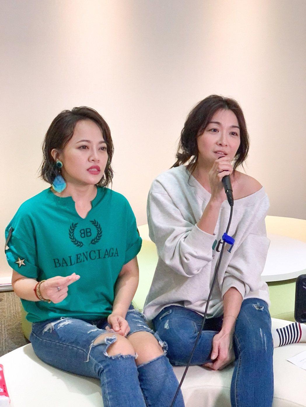戴愛玲(左)與好姊妹江祖平一同開直播。圖/索尼提供
