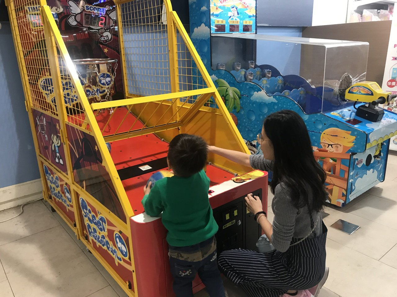 不少家長趁京華城熄燈前,帶小孩前來遊玩。記者江佩君/攝影