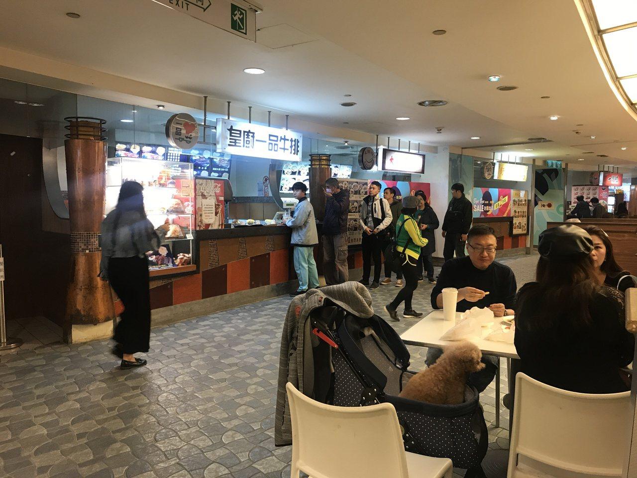 京華城美食街近日人潮踴躍。記者江佩君/攝影