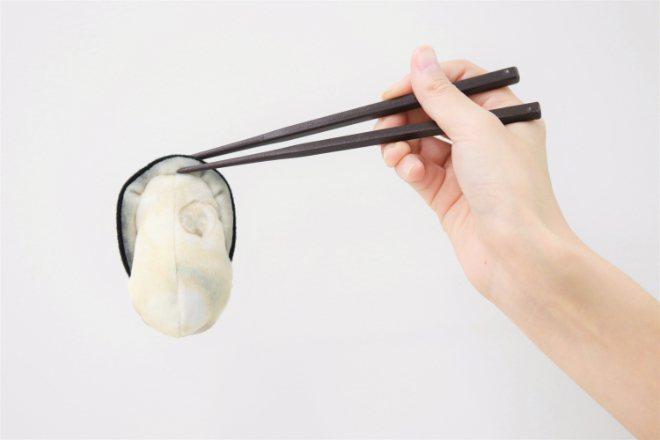 用筷子夾起「牡蠣立體軟粉撲」,宛如真實牡蠣般。圖/取自felissimo.co....