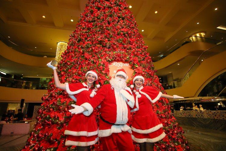 耶誕老人與耶誕女郎亮相,為現場增添佳節氣氛。記者陳睿中/攝影