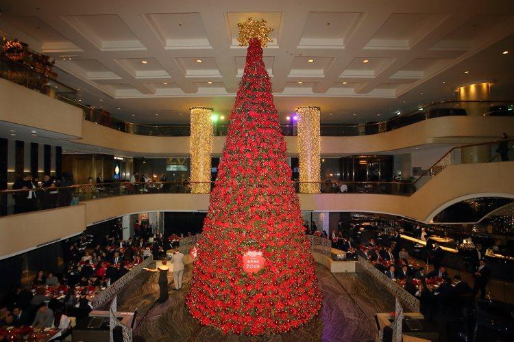 高度近15公尺的晶華耶誕樹,乃是全台五星飯店最高的耶誕樹。記者陳睿中/攝影