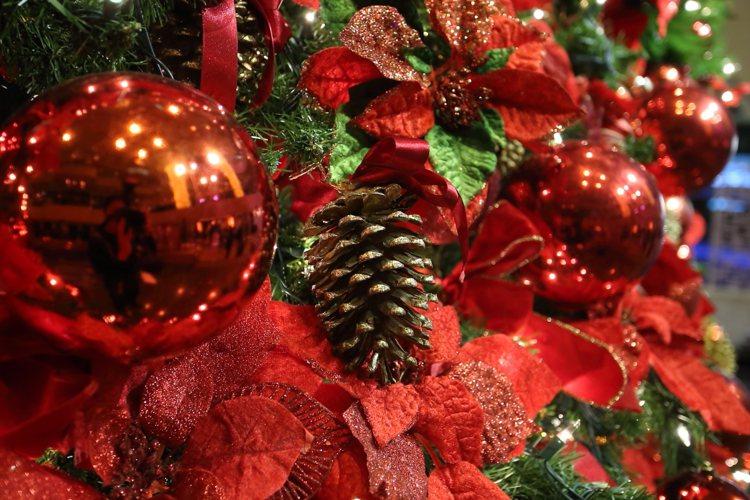 整顆耶誕樹上共有2.7萬顆LED燈、1,700個蝴蝶結、2,000顆金銀球、1,...
