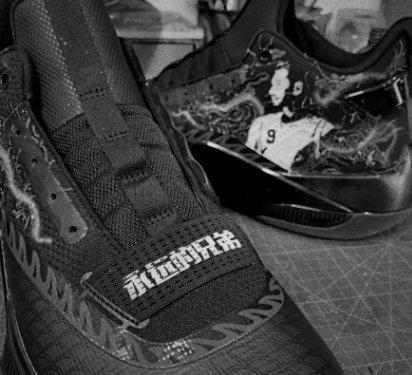 林書豪今晚球賽穿上特製球鞋,追悼好友高以翔。圖/摘自新浪體育