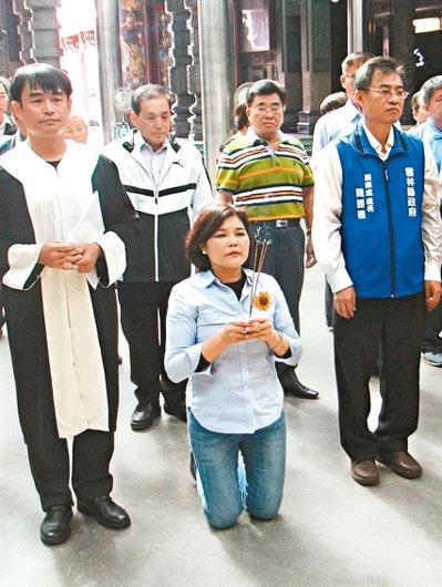雲林縣長張麗善在海清宮,向包公下跪宣誓護農決心。圖/聯合報系資料照片