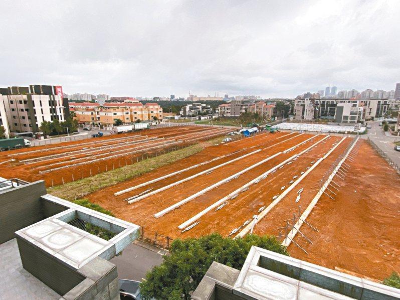 新北林口區有業者在住宅區正中央施做地面型太陽光電,遭到地方民眾反彈。 圖/新北市議員蔡淑君提供
