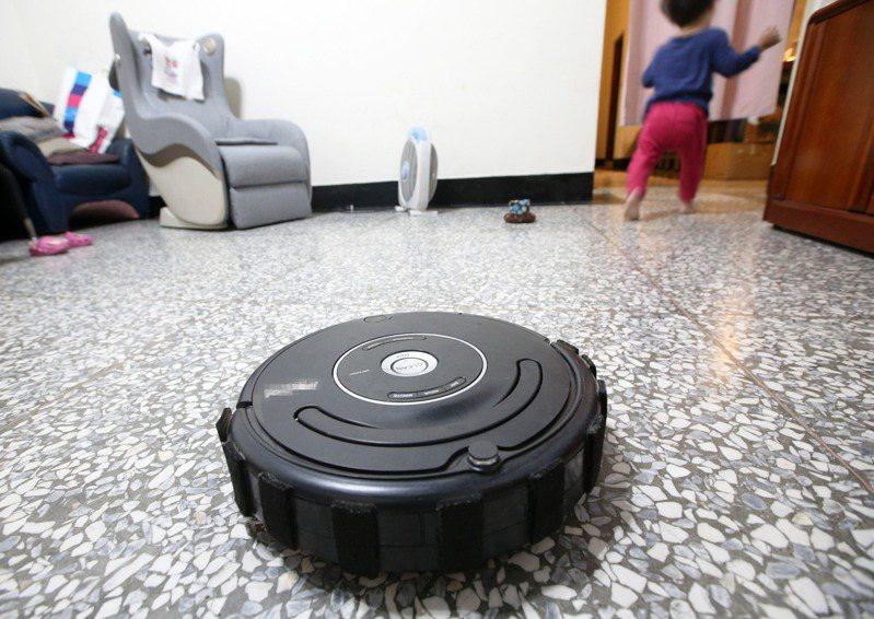 最新研究發現,除塵幫手恐是揚塵兇手之一,啟動後室內空氣品質就會亮紅燈,甚至達PM2.5紅害警報。記者劉學聖/攝影
