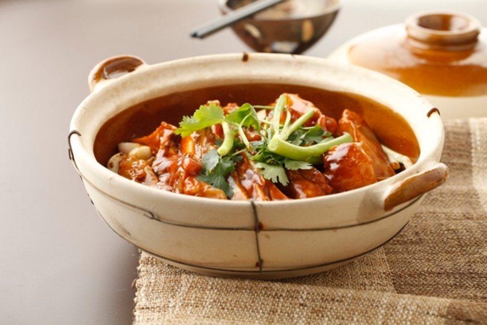 北京新榮記是大陸首間米其林三星中菜餐廳。圖為招牌菜砂鍋魚頭。 圖/摘自北京新榮記