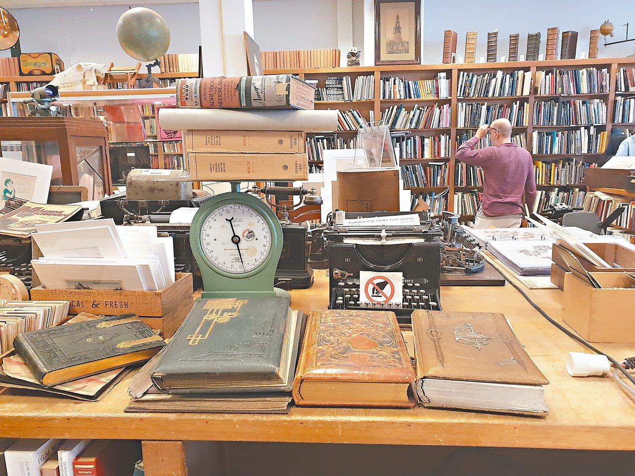 阿姆斯特丹一家古書店,有賣十七世紀那種老式精裝、保存完好的古版書。