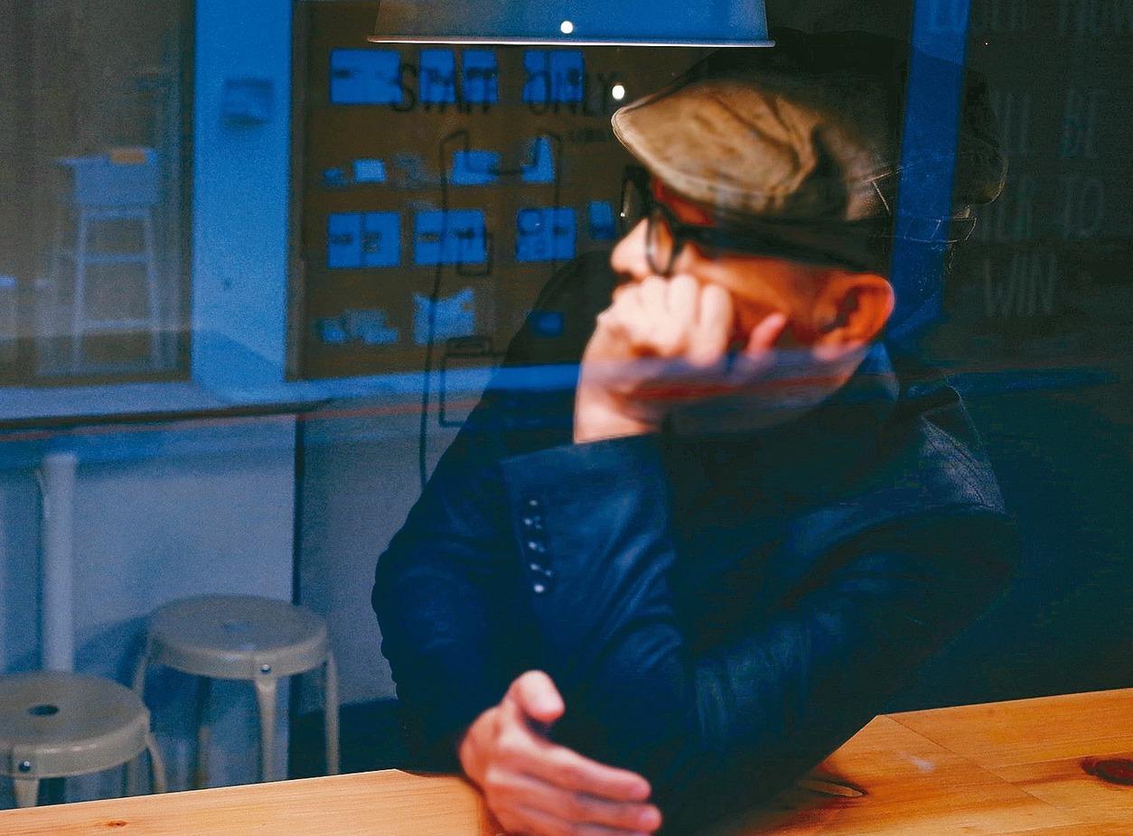 ●李焯雄作品以歌詞為主,得過兩屆「金曲獎最佳作詞人」獎(〈愛〉、〈不散,不見...